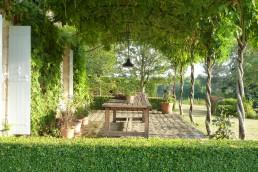 terras met stalen pergola en wisteria in de zomer frankrijk