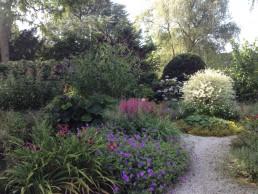Familietuin Laren bloemrijke voortuin herfst