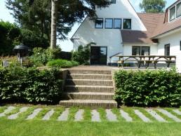 familietuin laren trap naar terras met haag aan beide zijden